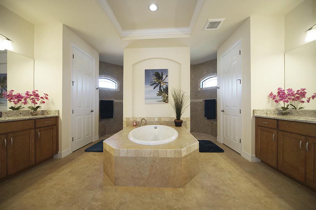 Villa Egretta Beltramonto Hauptschlafzimmer-Bad mit Doppeldusche und Badewanne