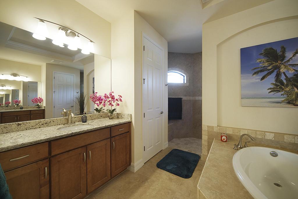 Villa Egretta Beltramonto Hauptschlafzimmer-Bad mit zwei Waschtischen